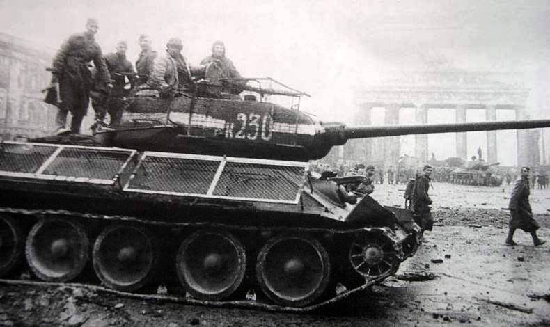 T-34/85 with grid-frame protections, Berlin, Brandenburg gate, may 1945